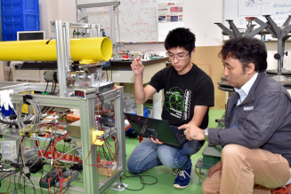 日本加速器学会年会賞を受賞した阿部優樹さん(左)と指導する藤原康宣准教授