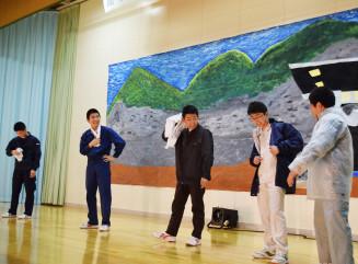 27日の本番に向け、全校創作劇「湧窟の果てに」の練習に励む生徒。龍泉洞を守り続けた先人たちの思いを伝える