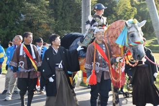 南流神社を参詣し、町内を練り歩く袰行列