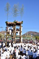 室根山(右奥)8合目の室根神社から運んだ2基のみこしを仮宮に安置しようと先着を争う担ぎ手たち