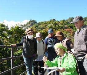 旧幕府軍が駆け上った石浜沢周辺で史実や現場を確認する住民ら