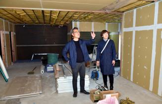 改装中の施設を訪れ、オープンを心待ちにする星洋治社長(左)と星麻希専務