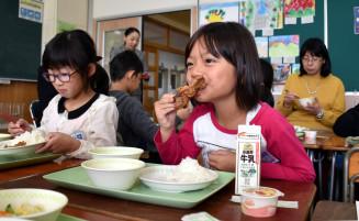 「岩手の鶏肉おいしいな」。唐揚げを夢中で頬張る太田小の児童