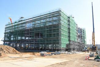 建設が進むジャパンマテリアルの北上事業所。北上市周辺では東芝メモリの製造棟建設に伴う企業進出が加速する=同市流通センター