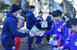 小佐野小の児童に地元最終戦の観戦を呼び掛ける釜石SWの選手たち