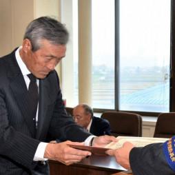 林崎正邦委員長から当選証書を受ける細川祐弘さん(左)