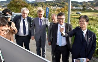 大平尚企画理事(右)と北上山地の周辺を視察するステファン・カウフマン議員(右から2人目)