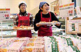 共同開発したパンを販売する川村梨菜さん(右)と黄川田悠さん