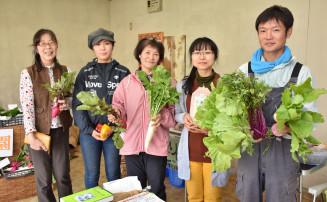 自然栽培で育てた野菜を販売する出店者ら