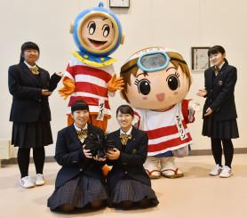 ジャージーを製作した久慈東高の(左から)繋るなさん、日蔭野帆夏さん、坂下七菜さん、石橋恵さん