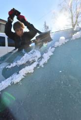 盛岡地方気象台が初氷を観測した3日朝、盛岡市薮川外山では、車のガラスが霜で真っ白になった