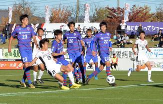 グルージャ盛岡-FC東京U-23 後半、クロスに合わせてシュートを放つグルージャのFW藤沼拓夢(29)=盛岡市・いわぎんスタジアム
