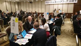 県内企業の説明を熱心に聞く留学生や求職中の外国人