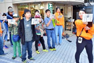 盛岡市中心部を歩き、映画の街への理解を深める子どもら
