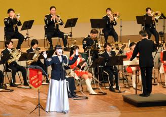 歌や踊りも交えた演奏を披露する県警音楽隊