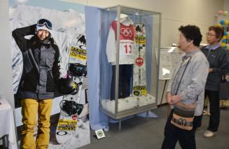 東山文化祭で岩渕麗楽選手のユニホームや写真パネルを見る来場者