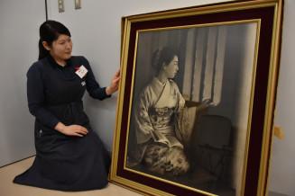 紫波町図書館に展示される遺影画家大沼岩峰さんの作品