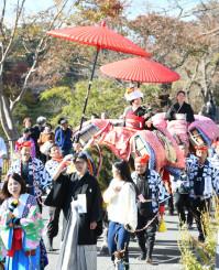 花嫁を馬に乗せて町内を練り歩くむかさり行列