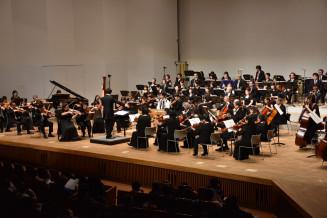 美しいハーモニーを響かせる北上フィルハーモニー管弦楽団のメンバーら