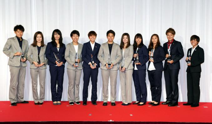 なでしこリーグのベストイレブンに選ばれた日テレの岩清水梓(左から4人目)ら=5日、東京都内のホテル