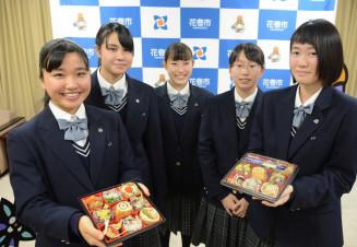 7日から販売される「花農九重弁当」をPRする花巻農高食農科学科の生徒