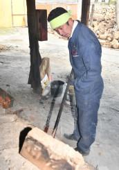 一切の妥協をしない木炭生産に励む谷地司さん