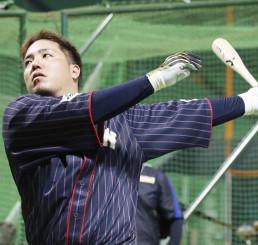 打撃練習する山川穂高=ヤフオクドーム