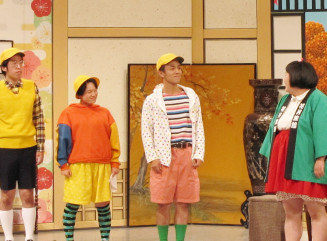 吉本新喜劇の本公演に出演を果たした横地真平さん(右から2人目)=大阪市・なんばグランド花月(よしもとクリエイティブ・エージェンシー提供ⒸYOSHIMOTO KOGYO CO.,LTD.)