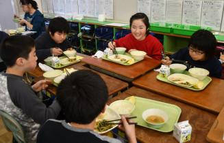 地元で水揚げされたサケの給食を味わう久慈湊小の児童
