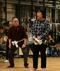 初出演する盛岡文士劇の本番に向け、稽古に励む若竹千佐子さん(右)