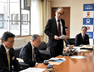 来年の碁石海岸で囲碁まつりについて説明する木谷正道委員長(中央)