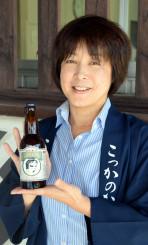 世界屈指の審査会で評価されたゴールデンピルスナーを手にする新里佳子社長