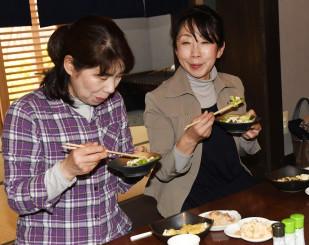 料理教室で作ったヘルシーな料理を食べる参加者