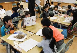 自分が見つけた秋を紙にまとめ発表し合う大槌学園1年2組の児童