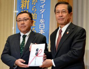谷村邦久会長に目録を渡す角川裕彦部長(左)