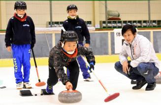 両角公佑選手(右)から指導を受ける体験会の参加者
