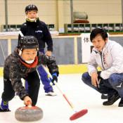 磨かれた氷上の技学ぶ 二戸で五輪代表招きカーリングフェス