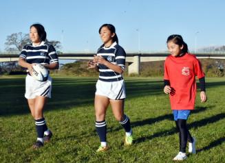 パス練習をする(左から)高橋萌花さんと優芽花さん、永美花さんの3姉妹