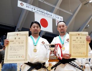少林寺拳法全国大会で初優勝を果たした松浦俊也さん(左)、千葉和仁さんペア(松浦さん提供)