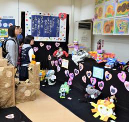 絵画や工作など盛岡市内の特別支援学級で学ぶ児童生徒の力作が並ぶ作品展
