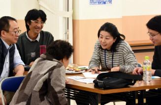 息の長い傾聴活動で、遺族らに寄り添い続ける浜田紀子さん(右から2人目)=10日、大槌町小鎚