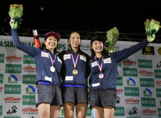 複合女子の表彰式で笑顔の(左から)2位の野中生萌、優勝した野口啓代、3位の伊藤ふたば=倉吉体育文化会館