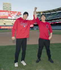 今季のア・リーグ新人王に選出され、喜ぶ米大リーグ、エンゼルスの大谷翔平選手。右は水原通訳=12日、アナハイム(Angels Baseball提供・共同)