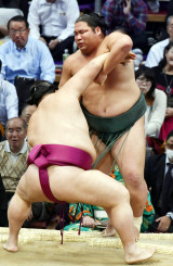 錦木(奥)が寄り切りで御嶽海に敗れる=福岡国際センター