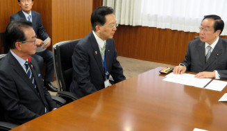 渡辺博道復興相にILCの早期実現を要望する(左から)佐々木順一議長と達増知事