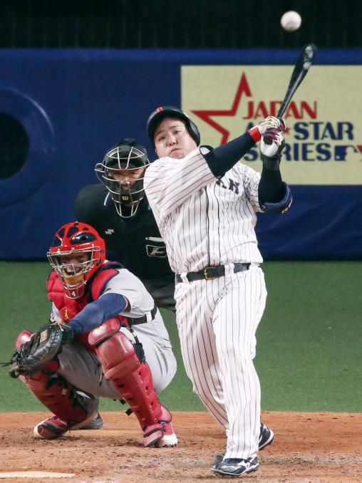 日本-MLB 7回日本1死一、三塁、代打山川穂高が左中間に同点の2点二塁打を放つ。捕手モリーナ=ナゴヤドーム