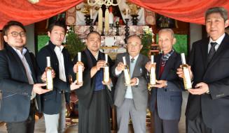 天神梅酒2018を安楽寺に奉納する関係者
