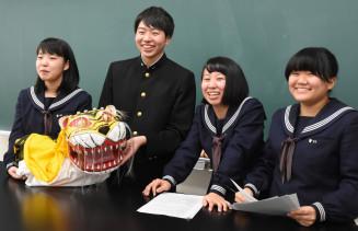 南部藩の虎舞の起源を調べ、優秀賞を受賞した(左から)多田栞さん、佐々木滉士さん、菊池知里さん、鈴木笙子さん