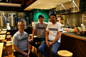 「遠野醸造TAPROOM(タップルーム)」を手掛ける(左から)太田睦さん、袴田大輔さん、田村淳一さん