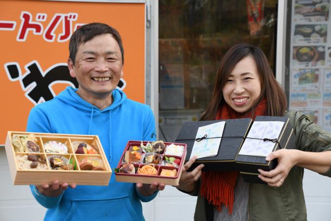 四季折弁当を手にする太田明成店主(左)とSAVE TAKATAの板林恵さん